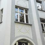 Foto B: Fassade mit Jugendstilelementen